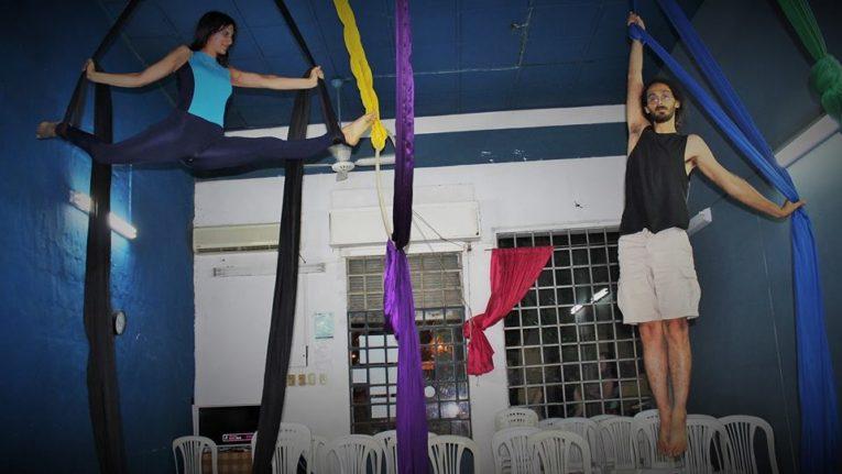 El club suma acrobacias en telas y yoga